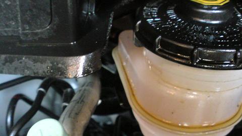 フィットのエンジンルームにもオイルがべったり...⑤.JPG