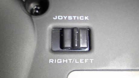 HKS Racing Controller の認識をコントロールパネルで確認!_10_コントローラ裏のスイッチを右側へ.JPG